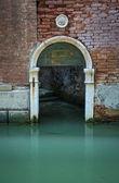 Porta em arco em um canal, Veneza, Itália — Fotografia Stock
