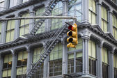 Stop light, historic buildings, SoHo district, New York City — Stock Photo