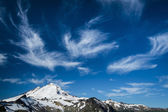 Snowcapped Mount Baker under high cirrus clouds — Stock Photo