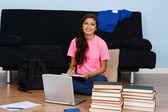 Mädchen hausaufgaben machen — Stockfoto