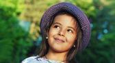 Porträt von glückliches kleines mädchen in einem sommertag — Stockfoto