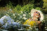 Junge frau entspannt im gras — Stockfoto