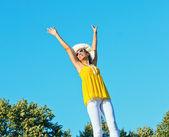 Vrouw in een zomerdag — Stockfoto