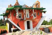 Haus steht kopf: gespiegeld, ondersteboven huis in Oostenrijk — Stockfoto
