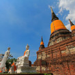 A group of 5 disciples,  monks, at Wat Yai Chai Mongkol, Ayutthaya — Stockfoto