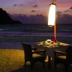 在晚上,在海滩晚餐餐桌 — 图库照片 #28881707