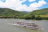 Tourists cruises along the Danube river, Wachau, Austria — Stock Photo