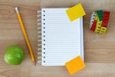 Apple notebook, verde, matita, metro a nastro — Foto Stock