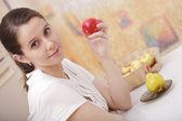 Meisje met een appel — Stockfoto