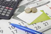 電卓、ペン、硬貨およびカレンダー上のクレジット カード — ストック写真