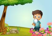 En pojke med lins i trädgården — Stockvektor
