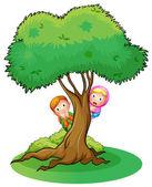 Kids hiding at the big tree — Stock Vector
