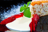 Cake with fresh strawberries — Stock Photo