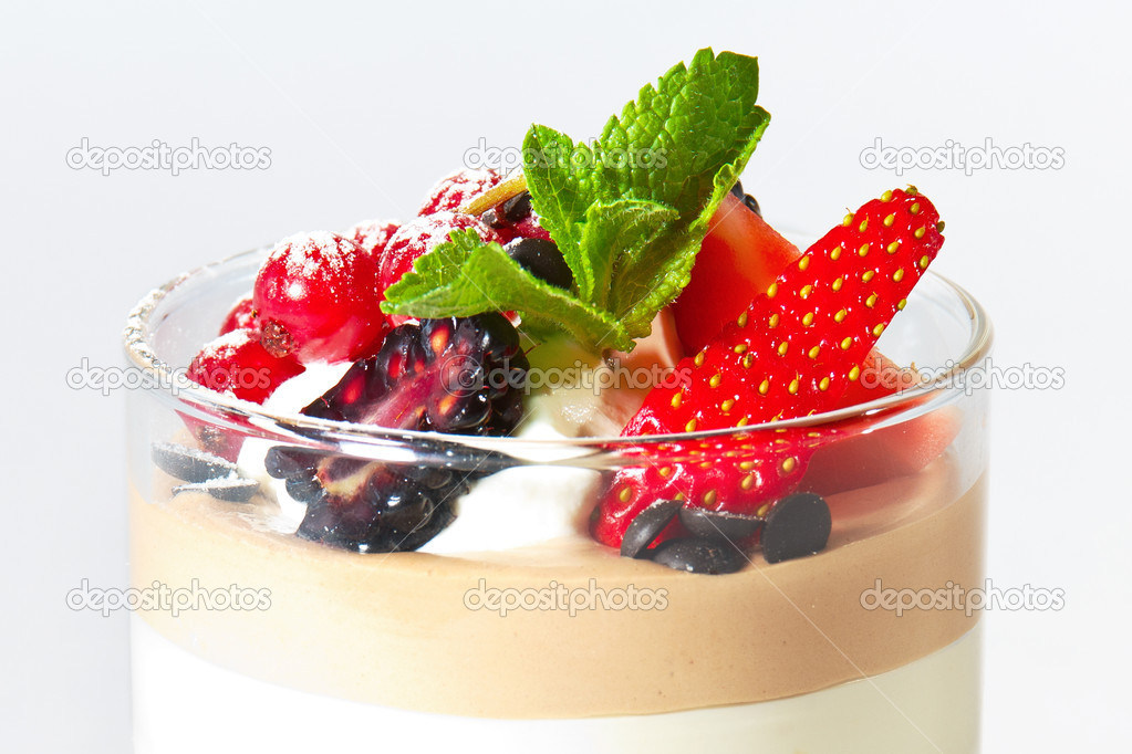 Ice cream with cranberries, blackberries, strawberries and mint — Stock Photo #21225369