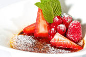Souffle with fresh strawberries — Stock Photo
