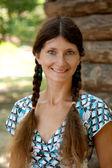 Mulher jovem sorridente e olhos verdes — Foto Stock