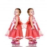 eineiige Zwillingsmädchen — Stockfoto