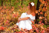 Rusovlasá mladá žena, v bílých šatech nebo nevěsta — Stock fotografie
