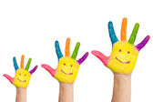 家族の笑顔と 3 つのカラフルな手 — ストック写真