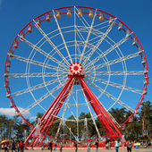 Red and white ferris wheel — Stock Photo