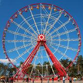 Roda-gigante vermelho e branco — Foto Stock