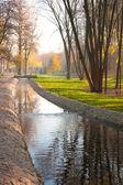 Stream, weg en banken in het stadspark — Stockfoto