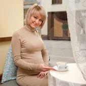 Mujer embarazada feliz desayunando — Foto de Stock