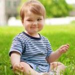 bébé porte un vêtement rayé — Photo