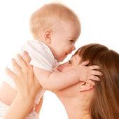 Matka i dziecko całuje. koncepcja macierzyństwo. — Zdjęcie stockowe