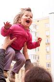 Far lyfta upp flicka — Stockfoto