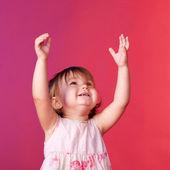 Elleriyle bir şeyler yakalıyor bebek — Stok fotoğraf