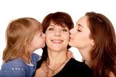 Dwie córki, całowanie matki. koncepcja macierzyństwo. — Zdjęcie stockowe