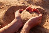 砂からの心を形成する 2 つの手. — ストック写真