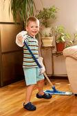 Kleine jongen reiniging van de kamer. — Stockfoto
