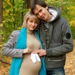 Pregnant couple posing with baby socks — ストック写真