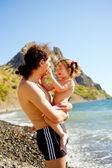 Gelukkig vader en baby knuffelen buiten. familie concept. — Stockfoto