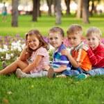grupo de diversão as crianças na grama verde — Foto Stock