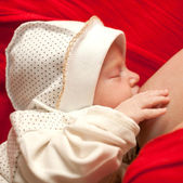 L'allattamento al seno del neonato da vicino — Foto Stock
