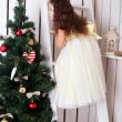 Happy girl decorate the Christmas tree. — Foto de Stock