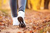 Close-up executando pés ao ar livre. — Fotografia Stock