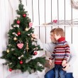 Father and kid decorating the Christmas tree — Стоковое фото