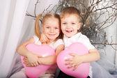 Kleine jongen en meisje verliefd. — Stockfoto