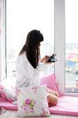 женщина, проверка электронной почты и социальных сетей счета — Стоковое фото