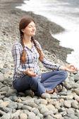 Mujer embarazada se relaja haciendo yoga en la playa — Foto de Stock
