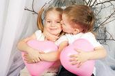 Parejita de niños abrazando. concepto de amor. — Foto de Stock