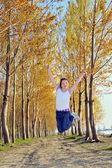 Szczęśliwa dziewczyna skoki — Zdjęcie stockowe
