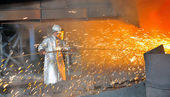 Mill worker with hot steel — Stock Photo