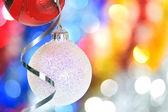 рождественские безделушки и ленты — Стоковое фото