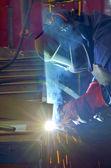 Welder met beschermend masker lassen van metalen — Stockfoto