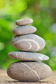 Pila de piedras sobre una mesa de madera — Foto de Stock